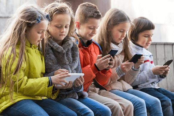 дети с смартфонами
